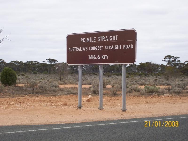 La plus grande route en ligne droite d'Australie Droit110