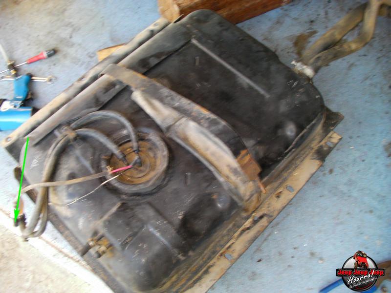 Maïté fait des reserves ... (Reservoir essence CJ7) Sany0021