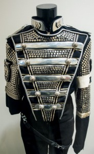 Michael Jackson Wardrobe: in mostra i costumi di un mito The-co10