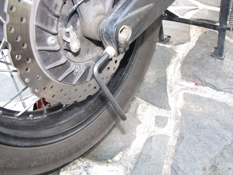 1200 - Démontage roue avant ET roue arrière ST 1200 en photos Img_0025