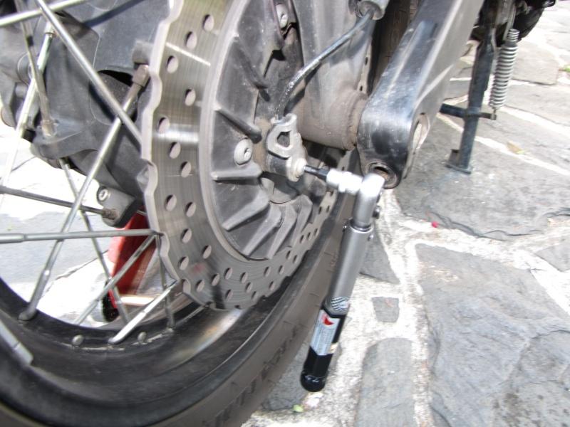 1200 - Démontage roue avant ET roue arrière ST 1200 en photos Img_0026