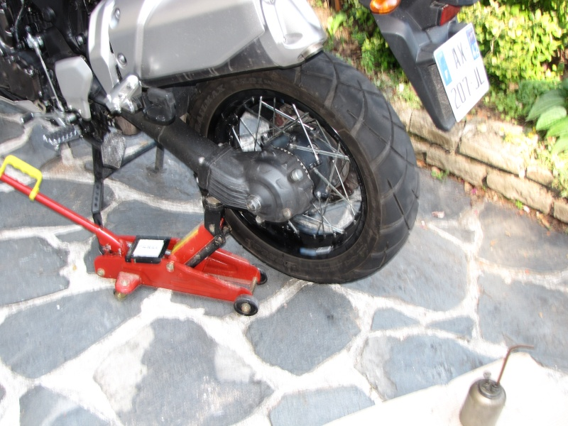 1200 - Démontage roue avant ET roue arrière ST 1200 en photos Img_0033