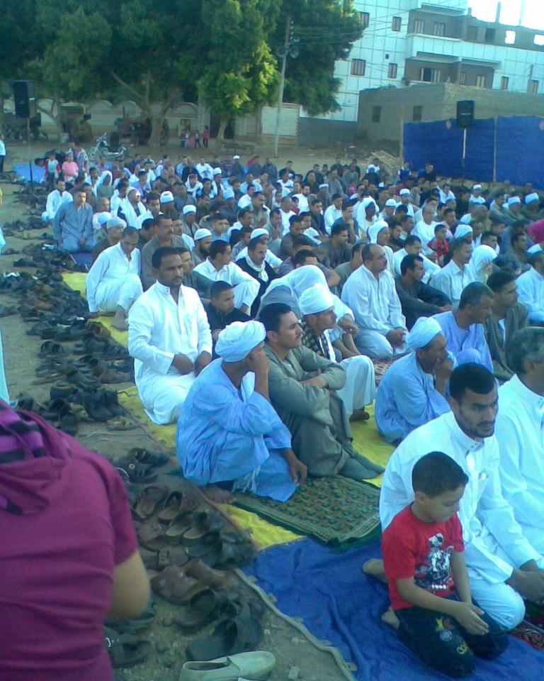 إحياء سنة الحبيب (صلى الله عليه وسلم ) بصلاة عيد الفطر المبارك في الخلاء علي ضفاف النيل بقرية الكتكاتة2012 710
