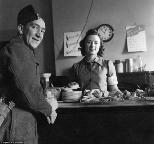 Cecil Beaton's war photography Tea10
