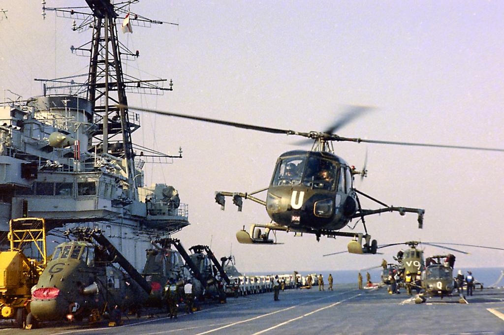 PORTE-HELICOPTERES HMS OCEAN (L-12) Hms_he16