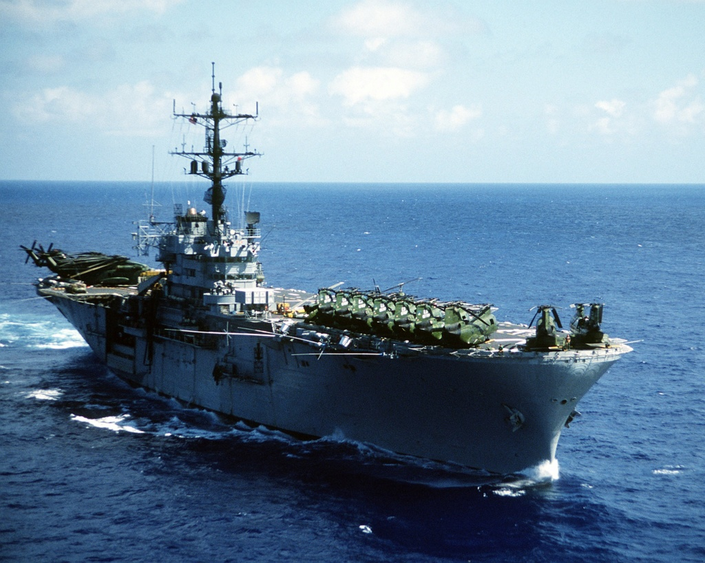 AMPHIBIOUS FORCE COMMAND SHIP (LCC) CLASSE BLUE RIDGE (Fini) Uss_iw25