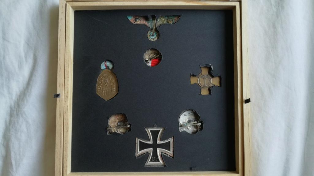 Cadre insignes et médailles. Img_2180