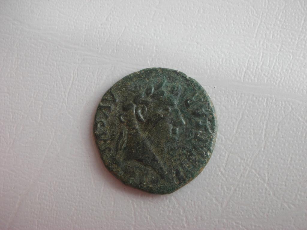 As de Osca, época de Tiberio. QVIETO ET PEREGRINO II VIR – V V OSCA. Jinete con lanza a dcha. 00614