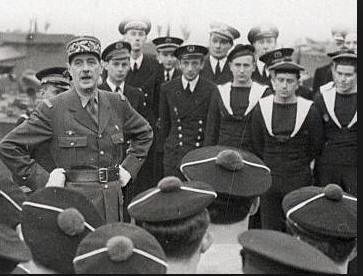 Le général de Gaulle s'adresse à des marins des Forces Navales Françaises Libres le 31 janvier 1943. De_gau10