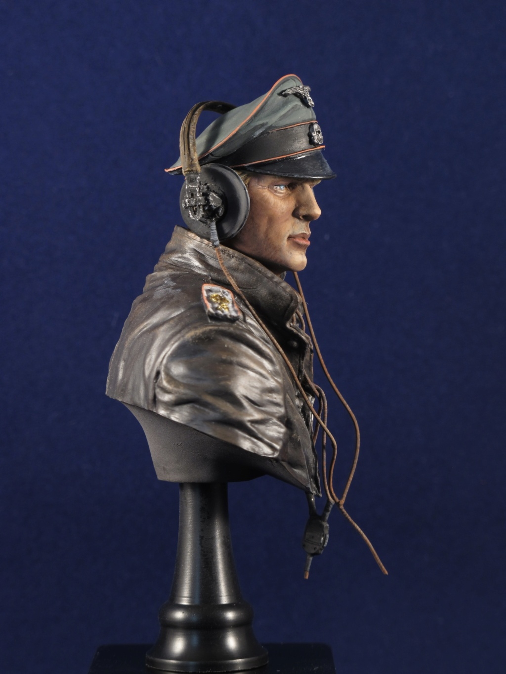 Buste - SS Panzer Commander Normandie 1944 - Young Miniatures - Terminé  Adabe010