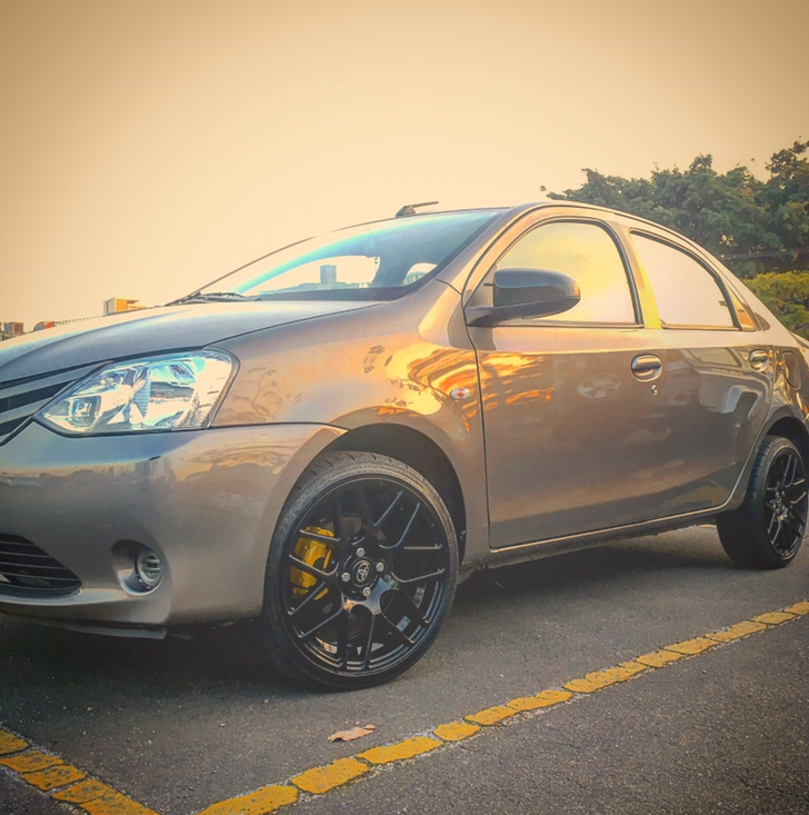 Etios XS 1.5 Sedan + 17 TSW nurburgring + abafador JK + multimidia Gu11