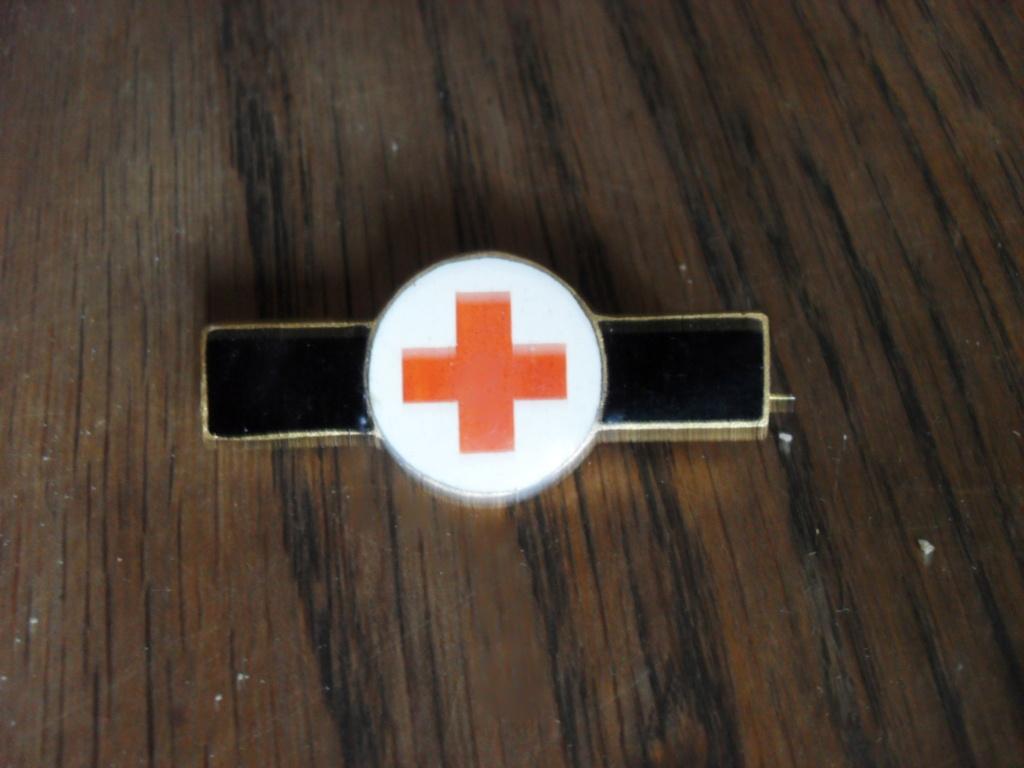 Insigne, broche croix rouge Sdc11310