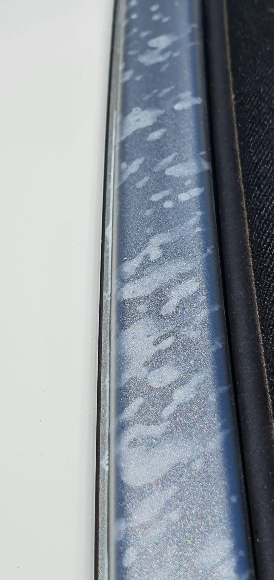 gocce bianche irremovibili  sul profilo in alluminio Whatsa17