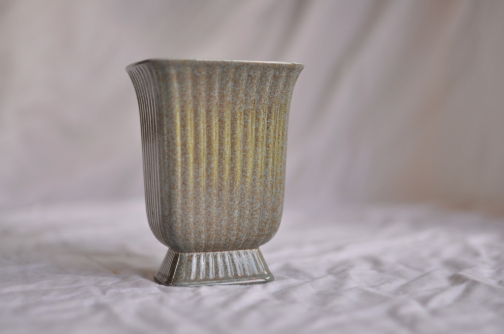 Cannot find anything remotely similar as this small grey vase? 11b59110
