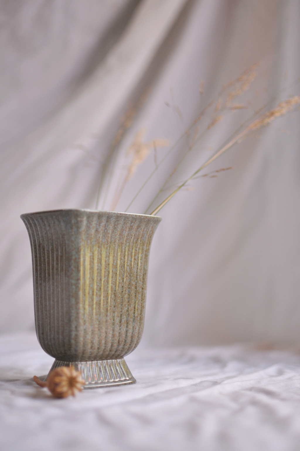 Cannot find anything remotely similar as this small grey vase? D5900e10