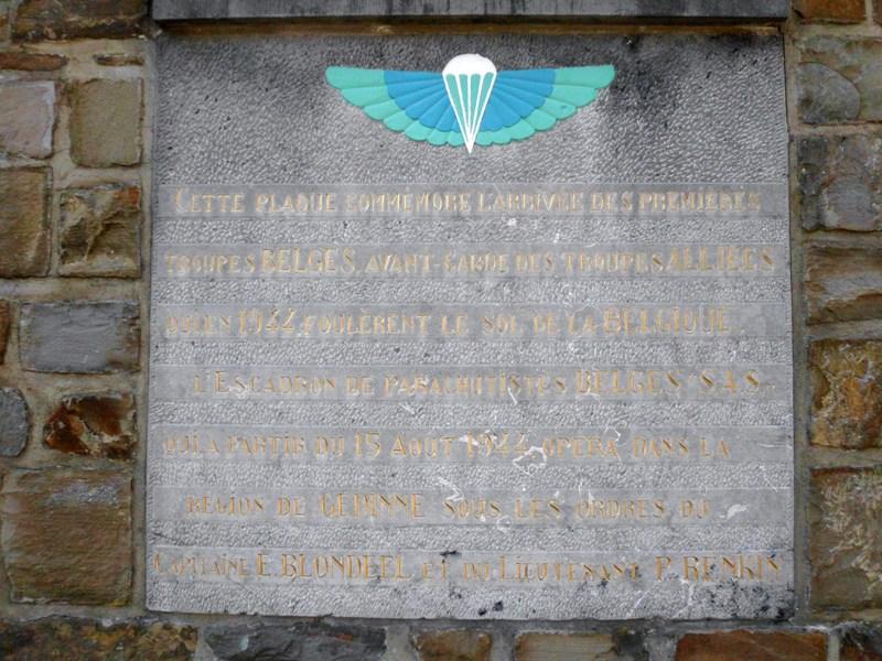 Plaque en hommage aux parachutistes S.A.S. lors de la libération de la Belgique en 1944 2012_025