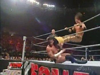 Randy Orton vs Jhon Morrison -Ladder Macht Patada10