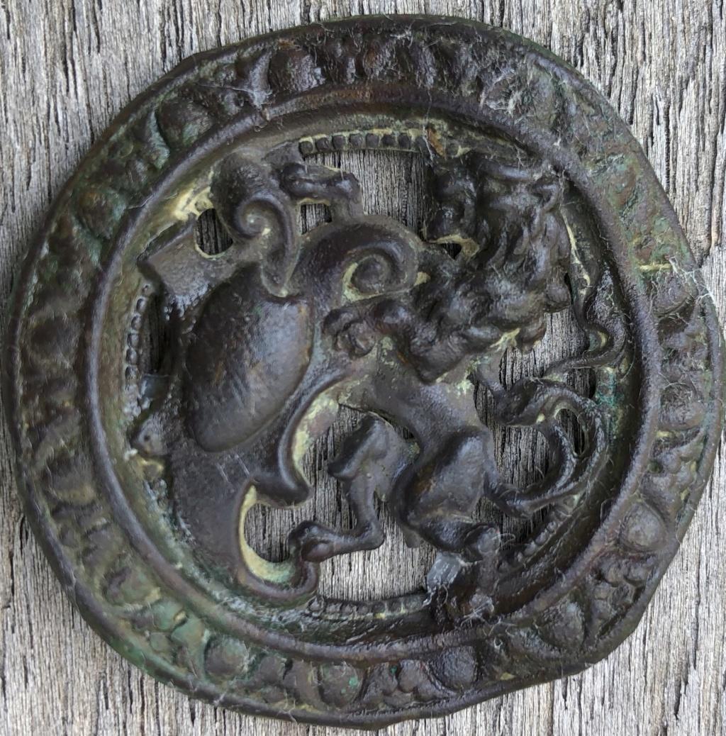 bouton fantaisie embouti période XIXe-XX, décors au lion tenant un blason Img_e411