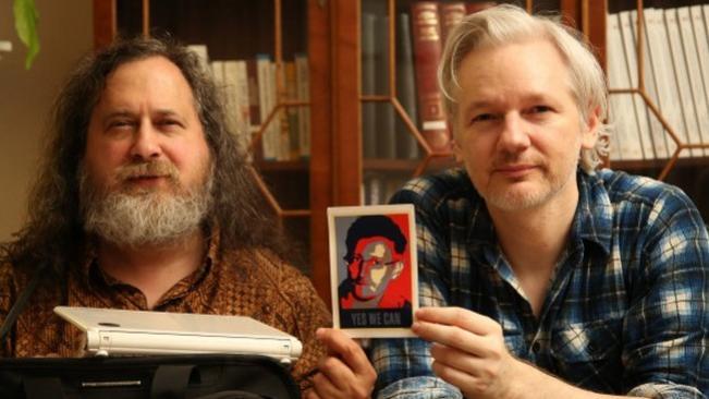 Stallman y Assange posan con una foto de Snowden Stallm10