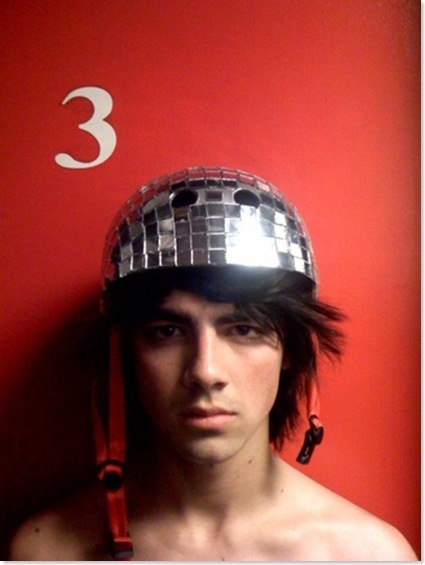 Joe Jonas sin ropa y con una sombrero muy gracioso! Joejon10