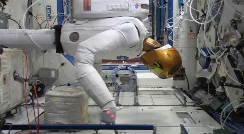 """Le """"Robonaute"""" de la NASA - Page 3 Screen52"""