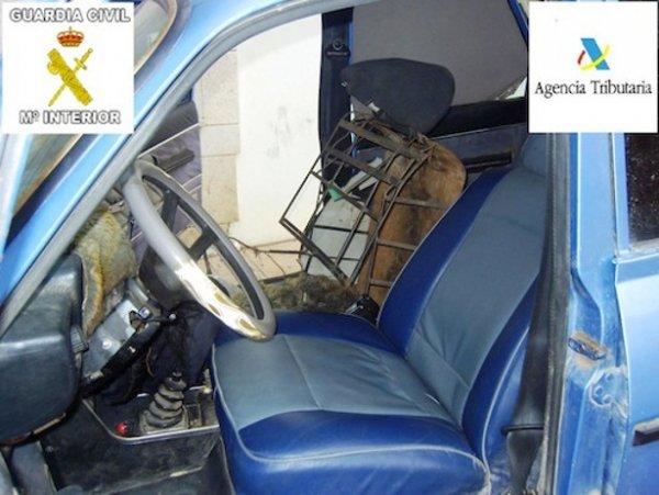 un clandestin transformé en siège voiture à Melilla Clande10