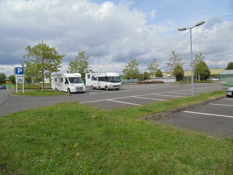 Une bonne idée: des places pour camping-cars dans un parking de supermarché Dsc00117