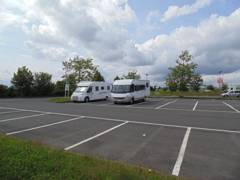 Une bonne idée: des places pour camping-cars dans un parking de supermarché Dsc00118