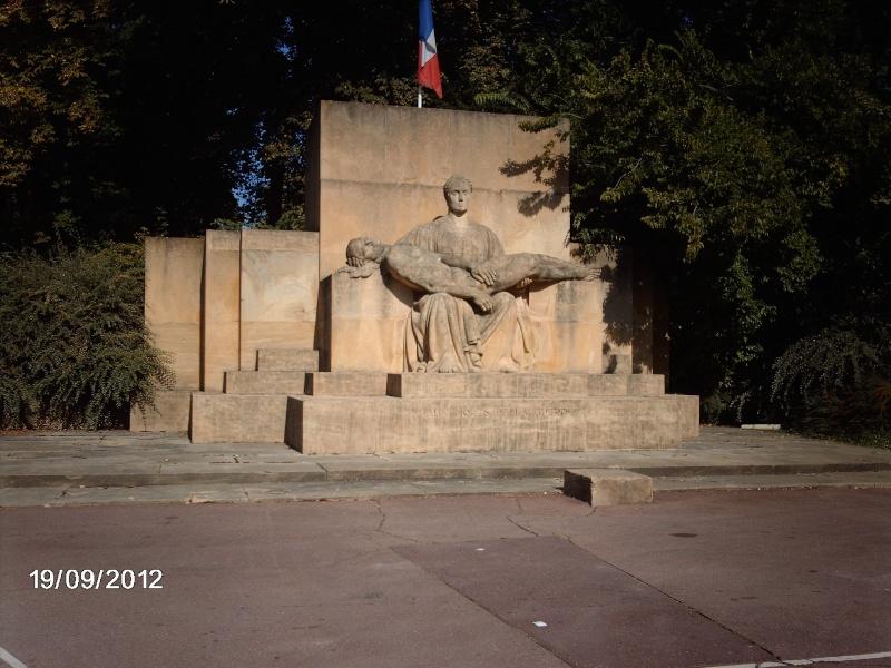 [Histoires et Histoire] Monuments aux morts originaux Français Tome 1 - Page 5 Imag0411