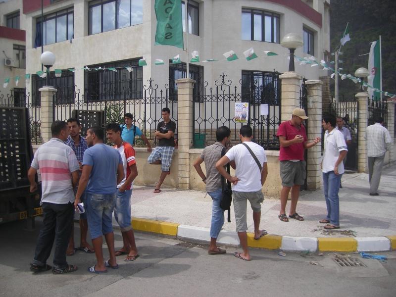 Rassemblement devant l APC d Aokas pour exiger le maintien du concert d Akli D.(PHotos  Djabri) Imgp6219