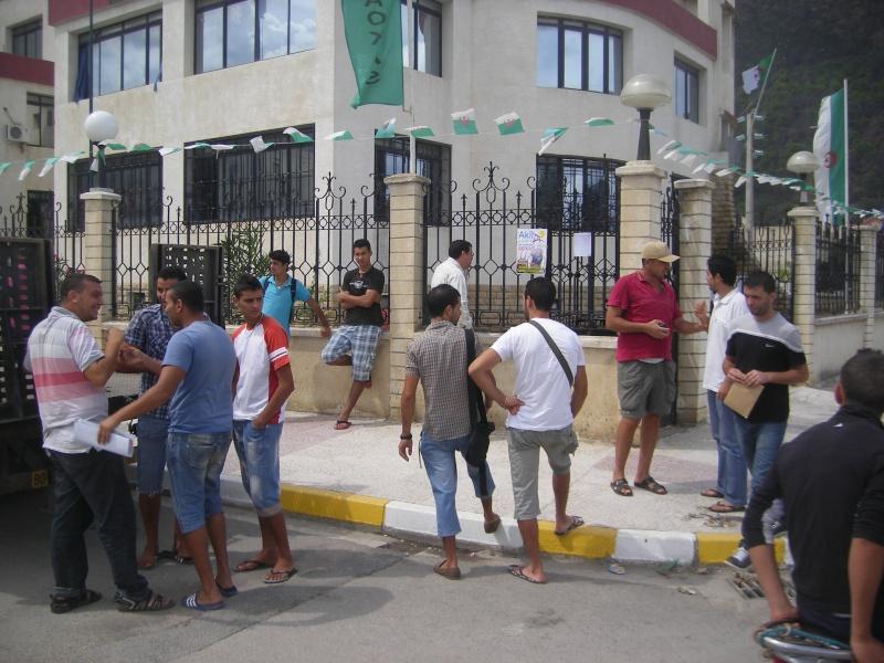 Rassemblement devant l APC d Aokas pour exiger le maintien du concert d Akli D.(PHotos  Djabri) Imgp6222