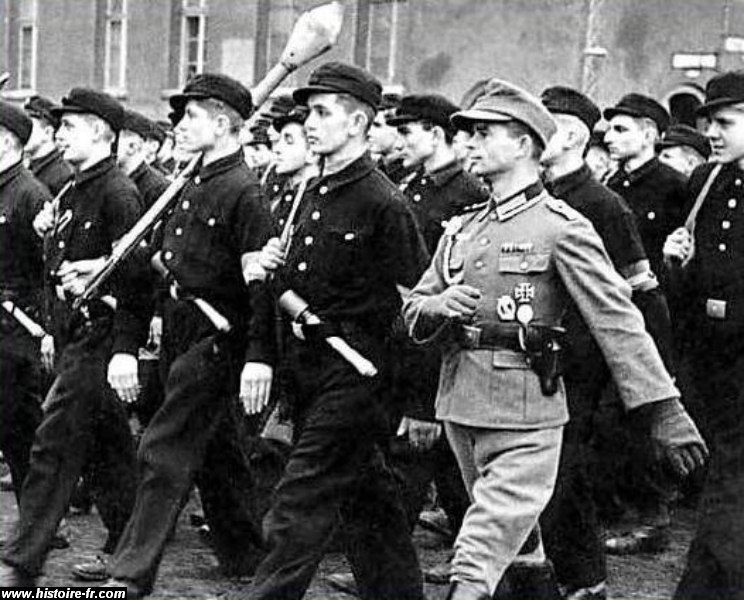 Présentation du soldat Wessel ! Hitler11