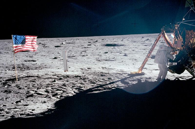 Neil Armstrong : La seule véritable photo de lui - en entier - sur la Lune 00110