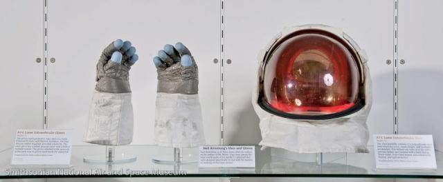 Exposition Exceptionnelle des Gants et du Casque utilisés par Neil Armstrong sur la Lune 31689610