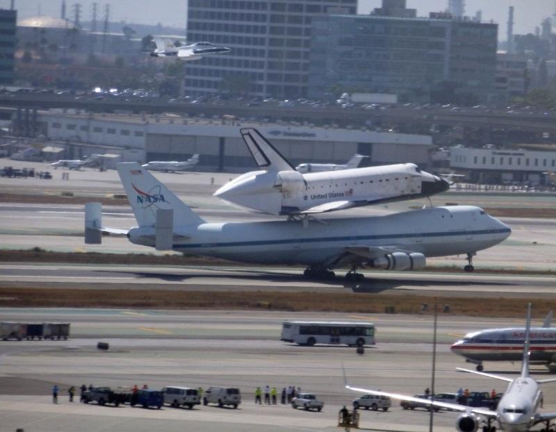 La navette spatiale Endeavour s'envole pour le California Science Center de Los Angeles 5a10