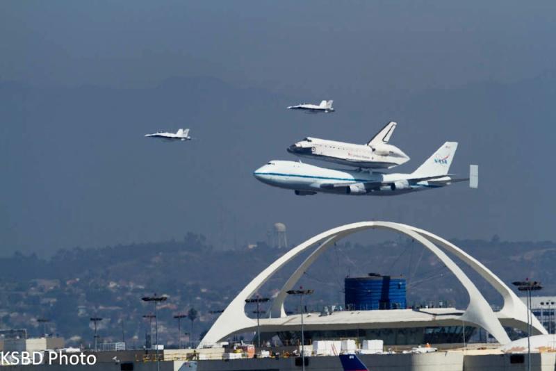 La navette spatiale Endeavour s'envole pour le California Science Center de Los Angeles 80110510