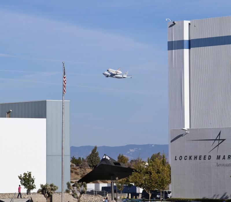 La navette spatiale Endeavour s'envole pour le California Science Center de Los Angeles A10