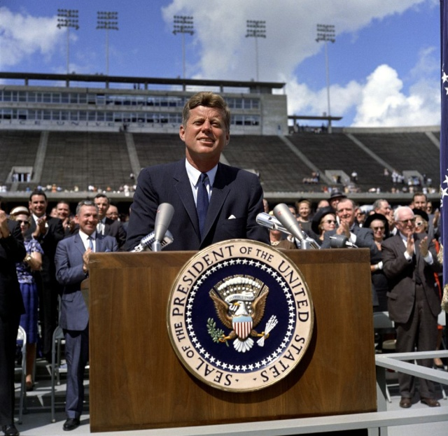 12 septembre 1962 - We Choose to go to the Moon ... - Discours de John F. Kennedy à la Rice University Jfk_at10