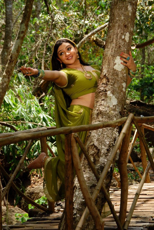அழகிய வனமும் அற்புத சிறுவனும் Movie Stills - Page 2 Azhagi34