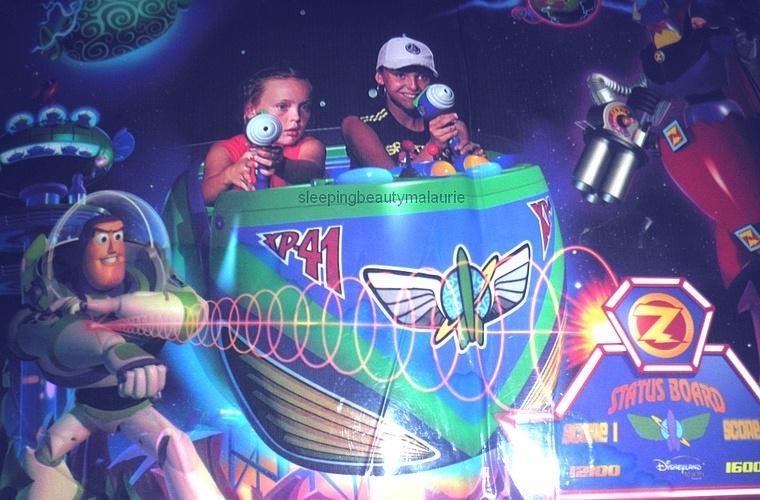 Buzz Lightyear Laser Blast (2006) - Page 23 Sans_t32
