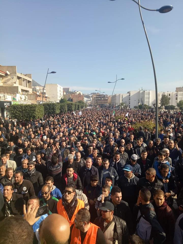 Béjaïa : une marée humaine dans la rue contre le blocage de Cevital le mardi 11 décembre 2018 2042