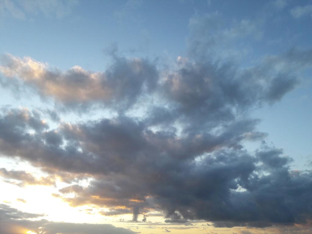 I tramonti più belli hanno bisogno di cieli nuvolosi. (Paulo Coelho)   20191011