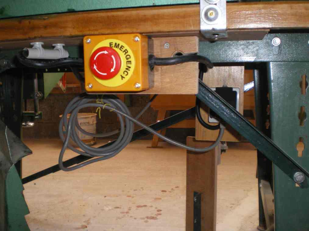 installation de 3 boutons d'arrêt d'urgence sur table kity Imgp0020