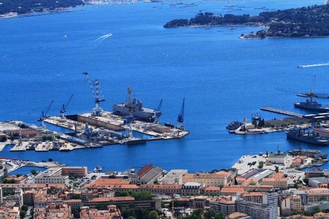 [LES PORTS MILITAIRES DE MÉTROPOLE] Mouvements de Bâtiments dans la rade de Toulon - Page 23 Img_3411