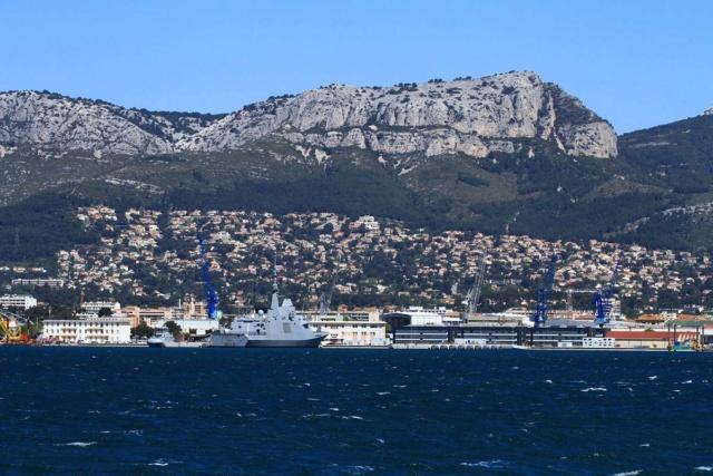 [LES PORTS MILITAIRES DE MÉTROPOLE] Mouvements de Bâtiments dans la rade de Toulon - Page 23 Img_3423