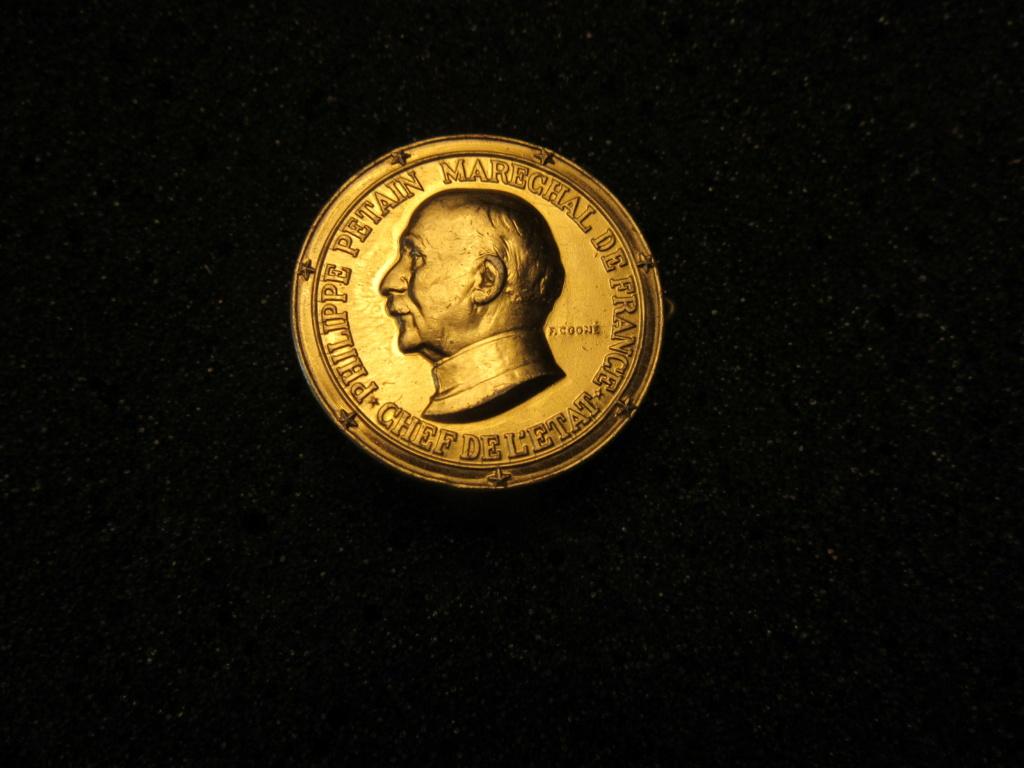 Médailles Etat Français : OFFERT PAR LE MARECHAL Img_1835