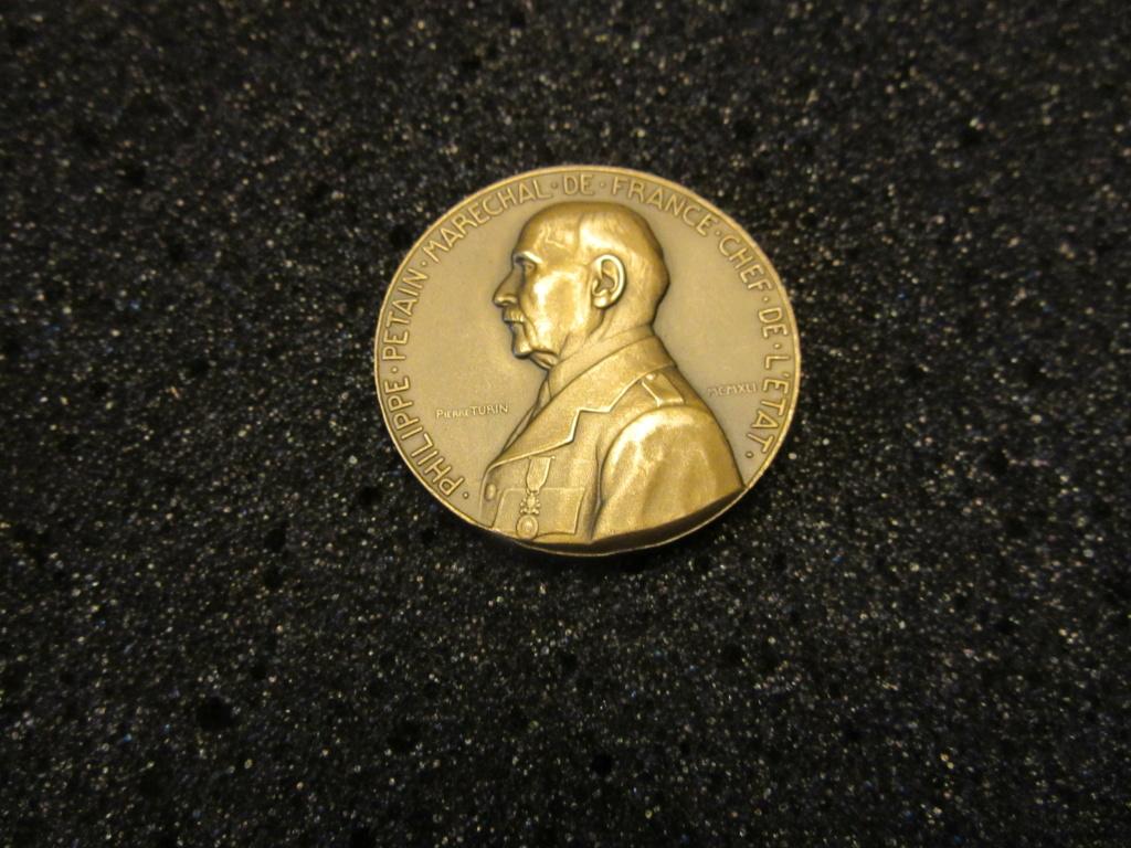 Médailles Etat Français : OFFERT PAR LE MARECHAL Img_1836