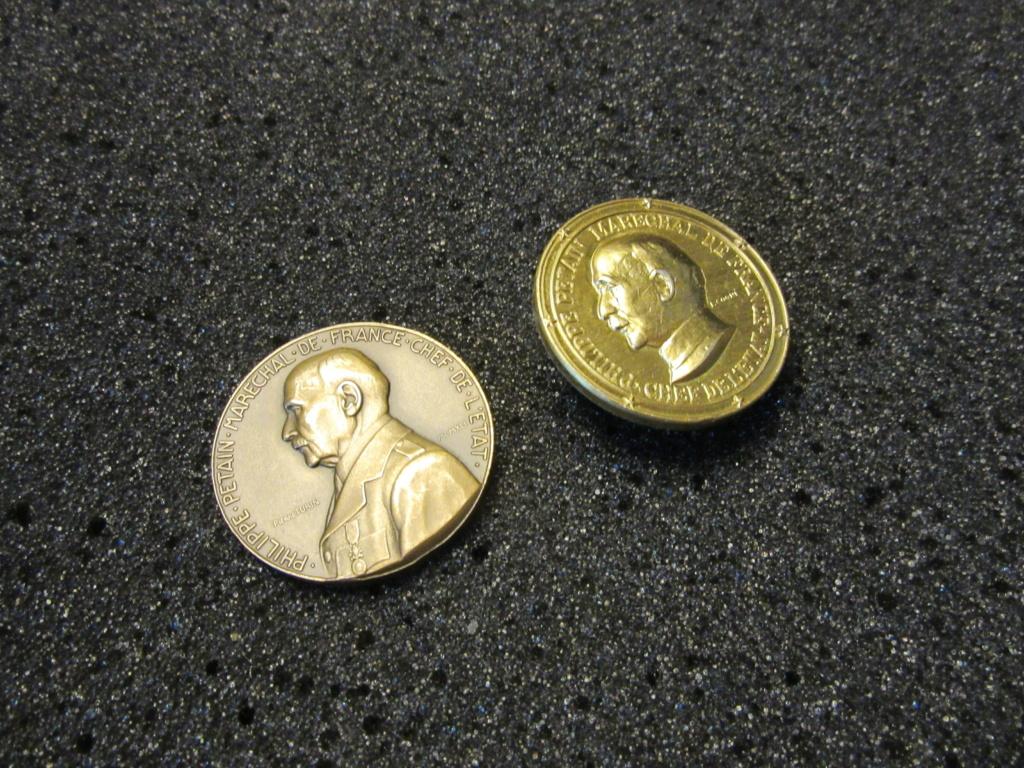 Médailles Etat Français : OFFERT PAR LE MARECHAL Img_1838