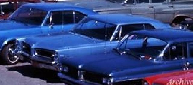 Identifiez le plus de (vieilles) voitures. Pp6610