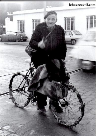 Il faut toujours faire attention surtout quand on sait que Adolphe de Petit-Néron aime se montrer à vélo Bordea10